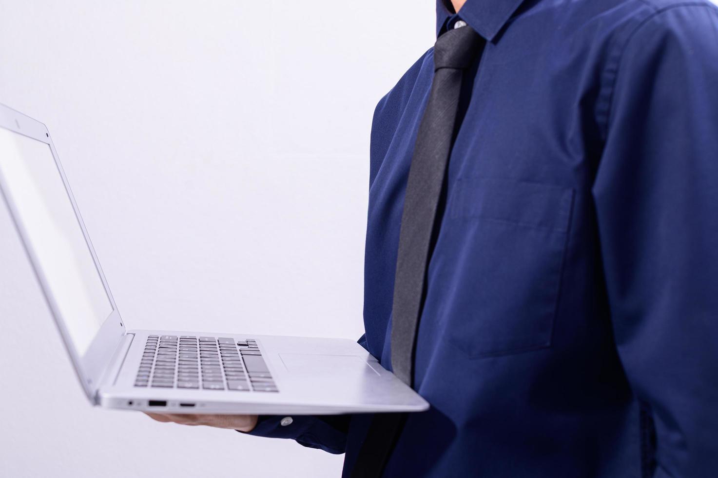 una persona in possesso di un laptop foto