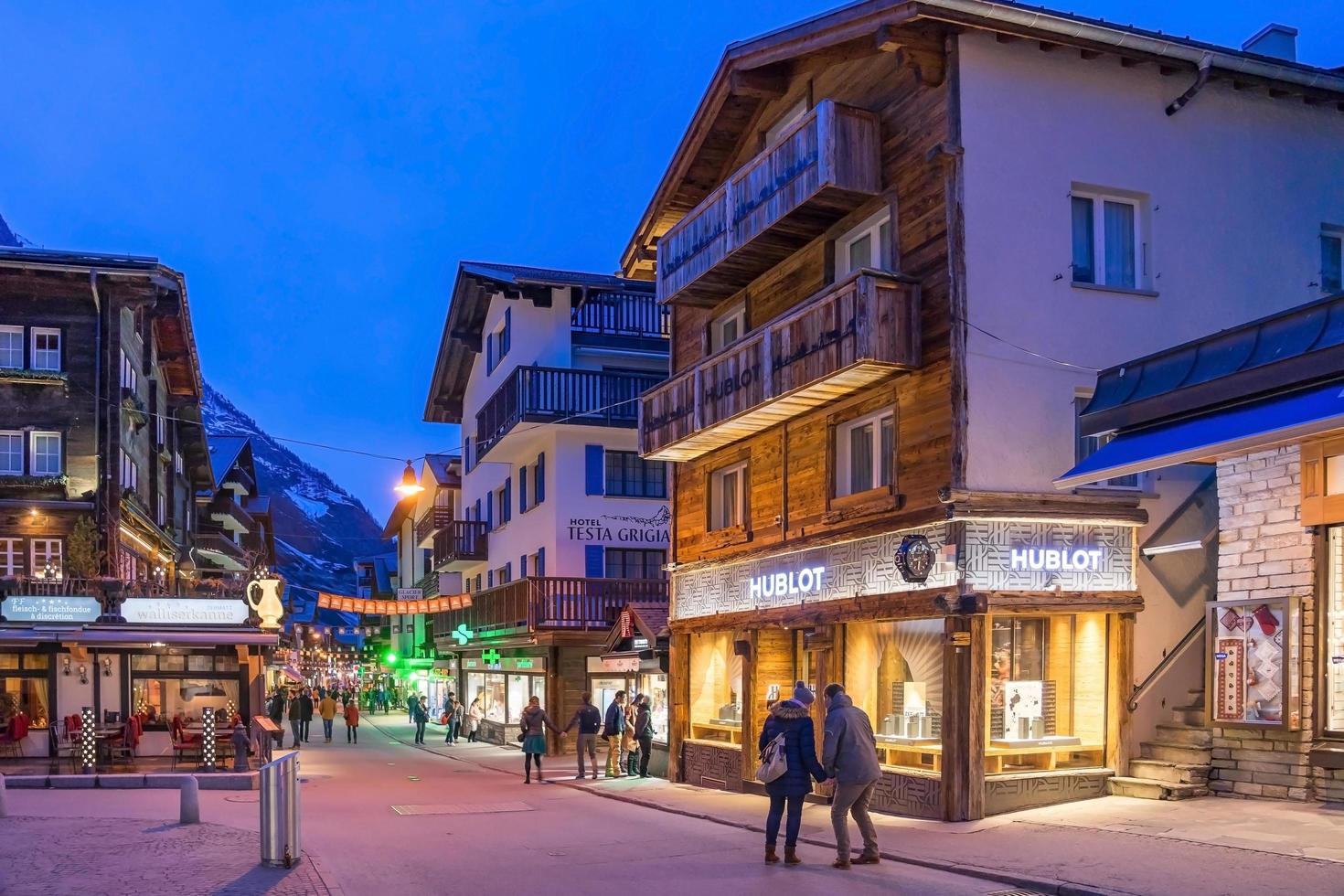 zermatt nel crepuscolo in svizzera foto