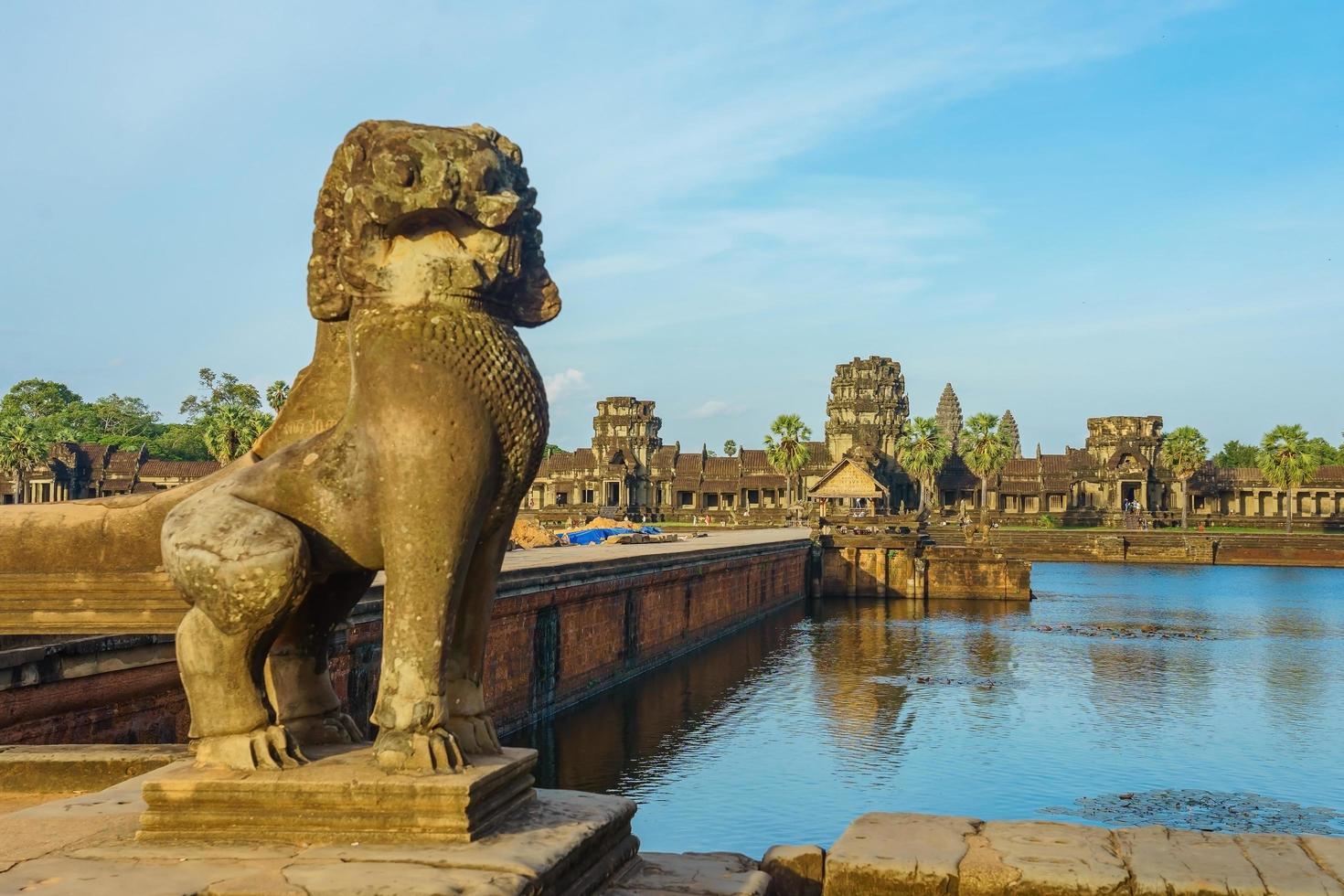 antico tempio di angkor wat dall'altra parte del lago, siem reap, cambogia foto