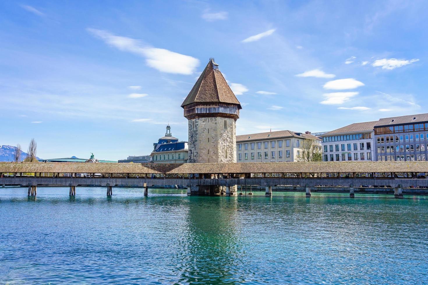 Il ponte della cappella e il lago di Lucerna a Lucerna, Svizzera foto