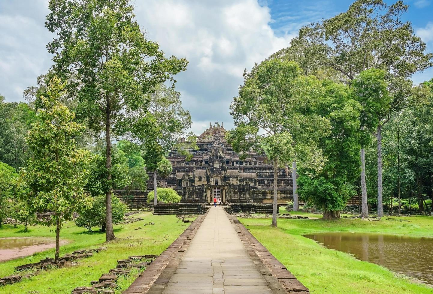 vista del tempio baphuon, angkor thom, siem reap, cambogia foto