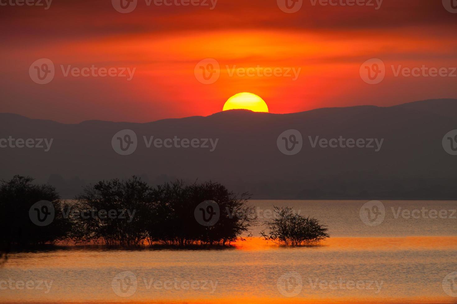 tramonto dietro una montagna foto