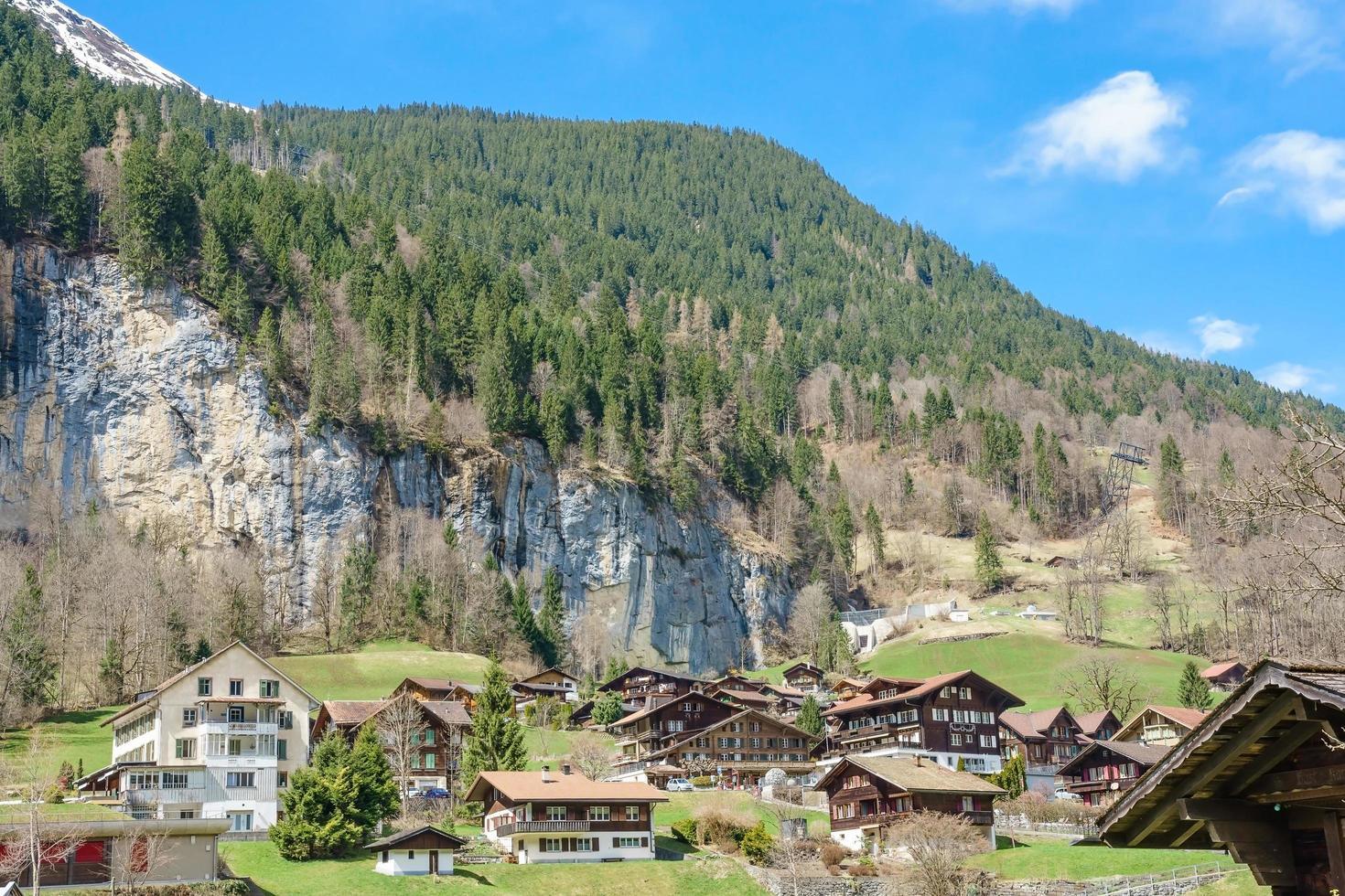 chalet tradizionali nella valle di lauterbrunnen, berner oberland, svizzera foto