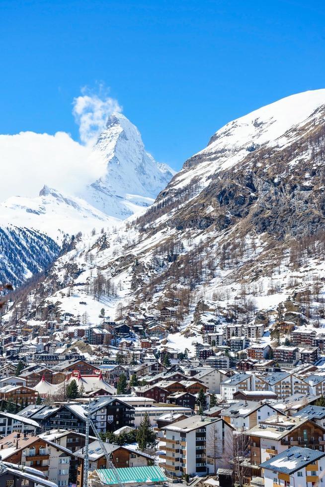 vecchio villaggio in una giornata di sole con sfondo del picco del Cervino a Zermatt, Svizzera foto