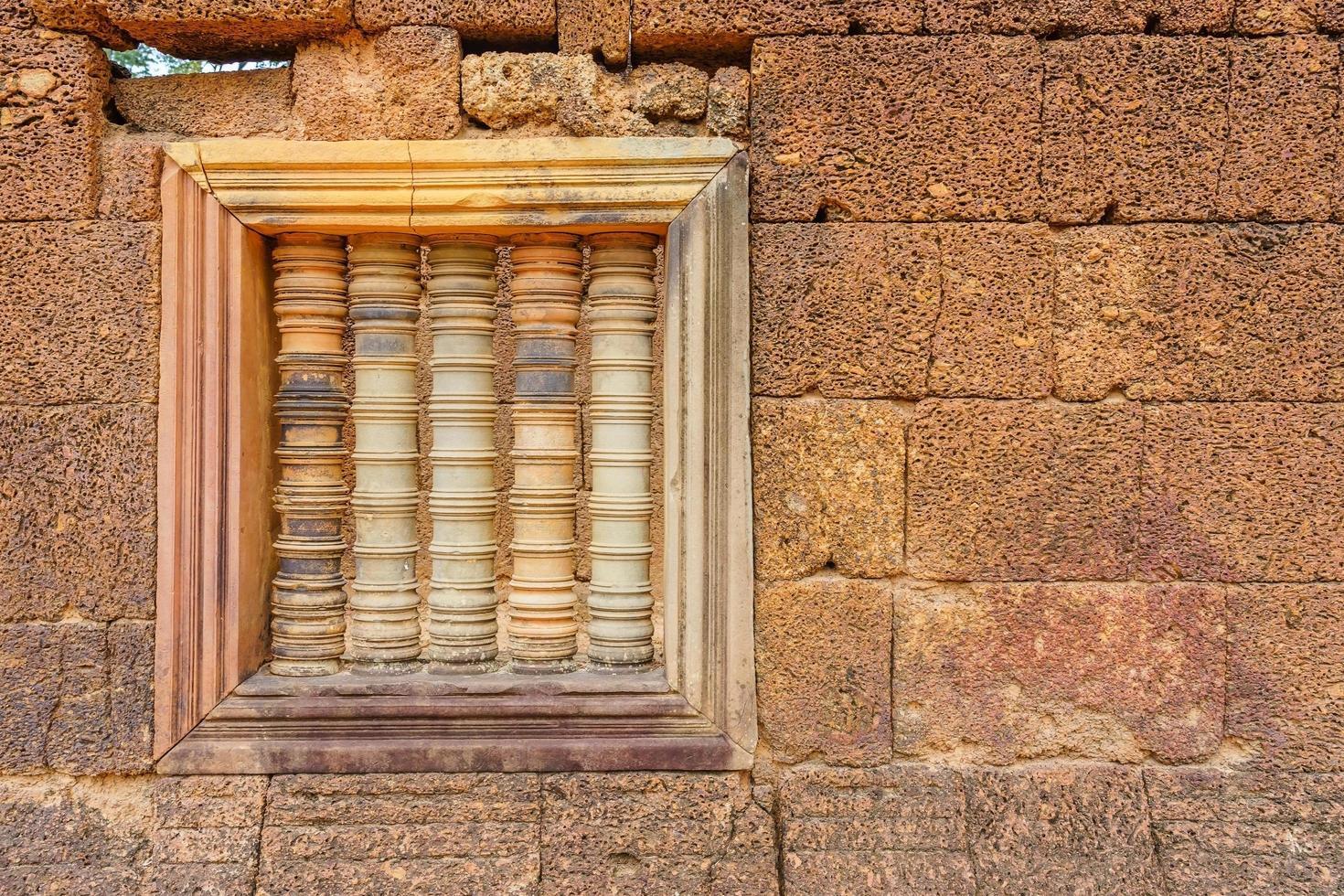 tempio di banteay srei dedicato a shiva, nella giungla della zona di angkor in cambogia foto