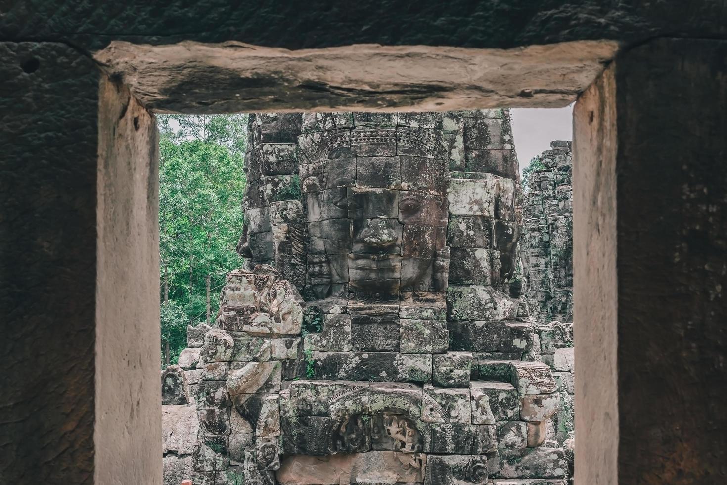 antiche facce di pietra al tempio di Bayon, Angkor Wat, Siam Reap, Cambogia foto