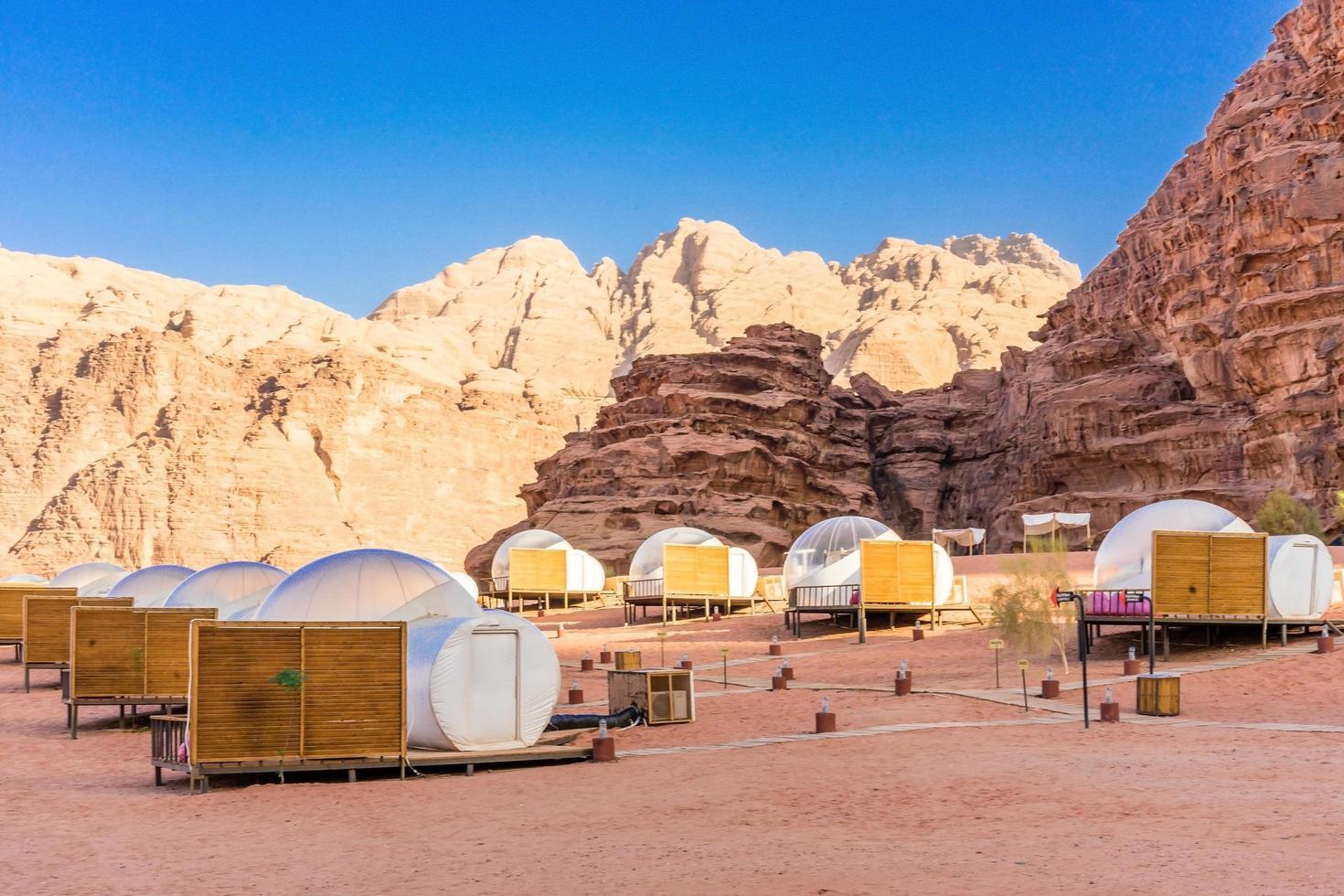 campeggio lungo le rocce a petra, wadi rum, giordania foto