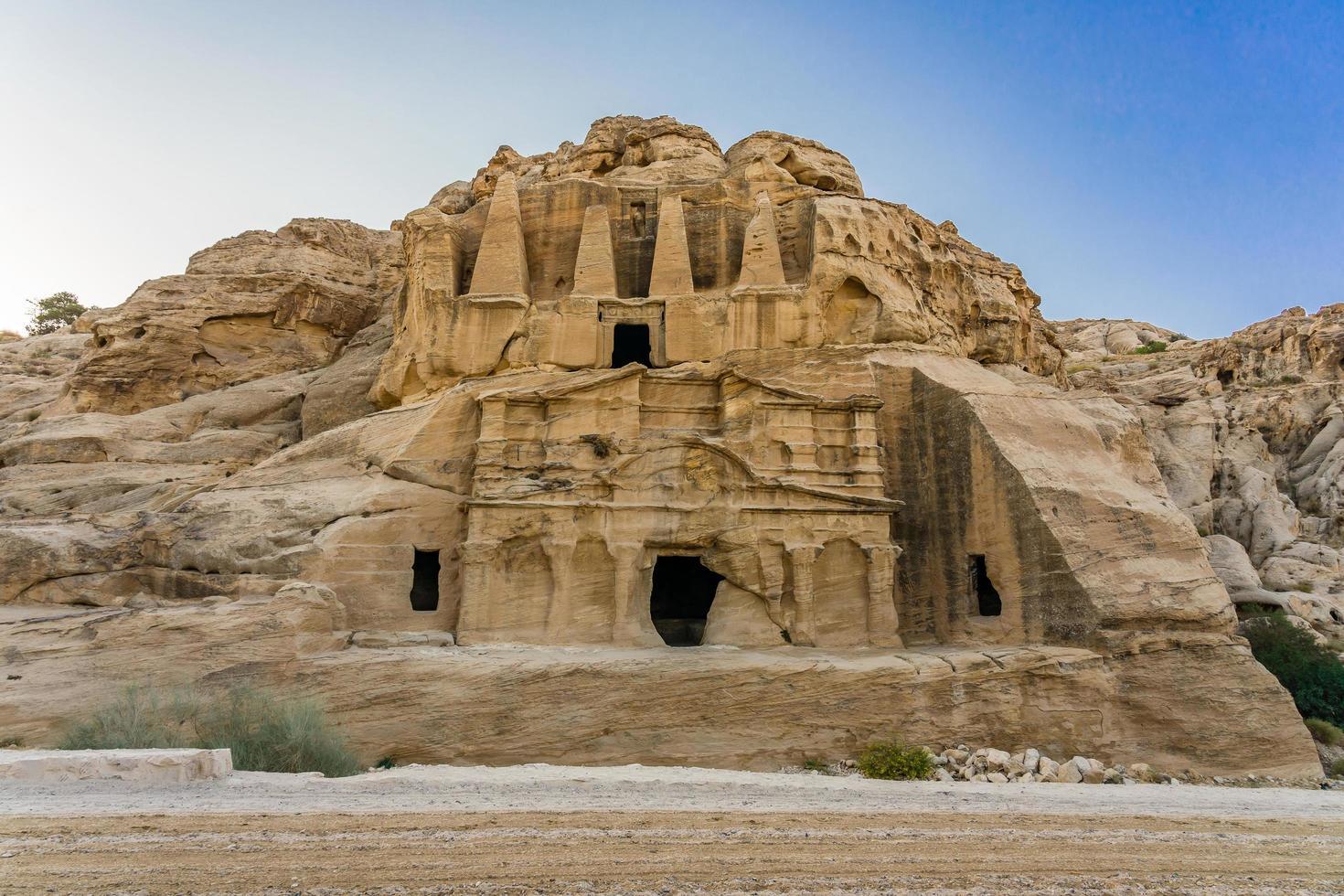 obelisco giallo tomba bab el-siq, petra, giordania foto