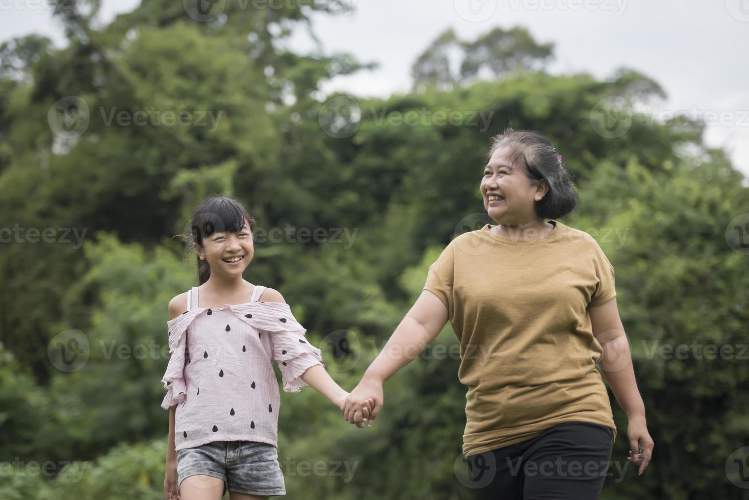 nonna che gioca con la nipote all'aperto nel parco foto