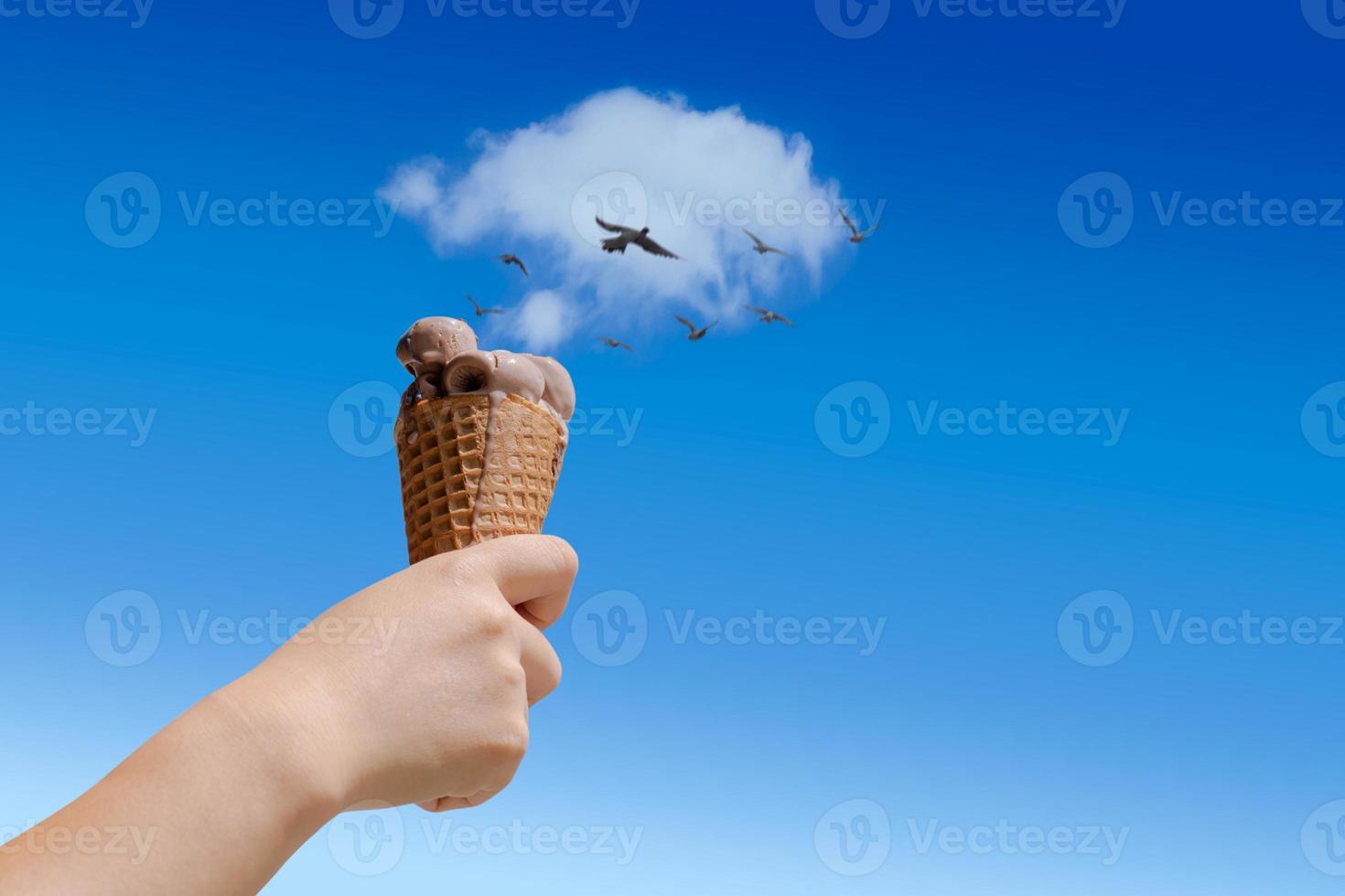 mano che tiene il cono gelato al cioccolato foto