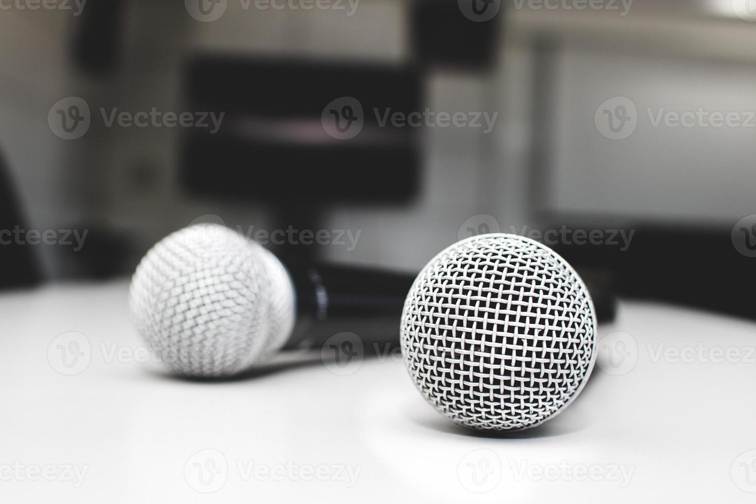 microfono sul tavolo in sala riunioni foto