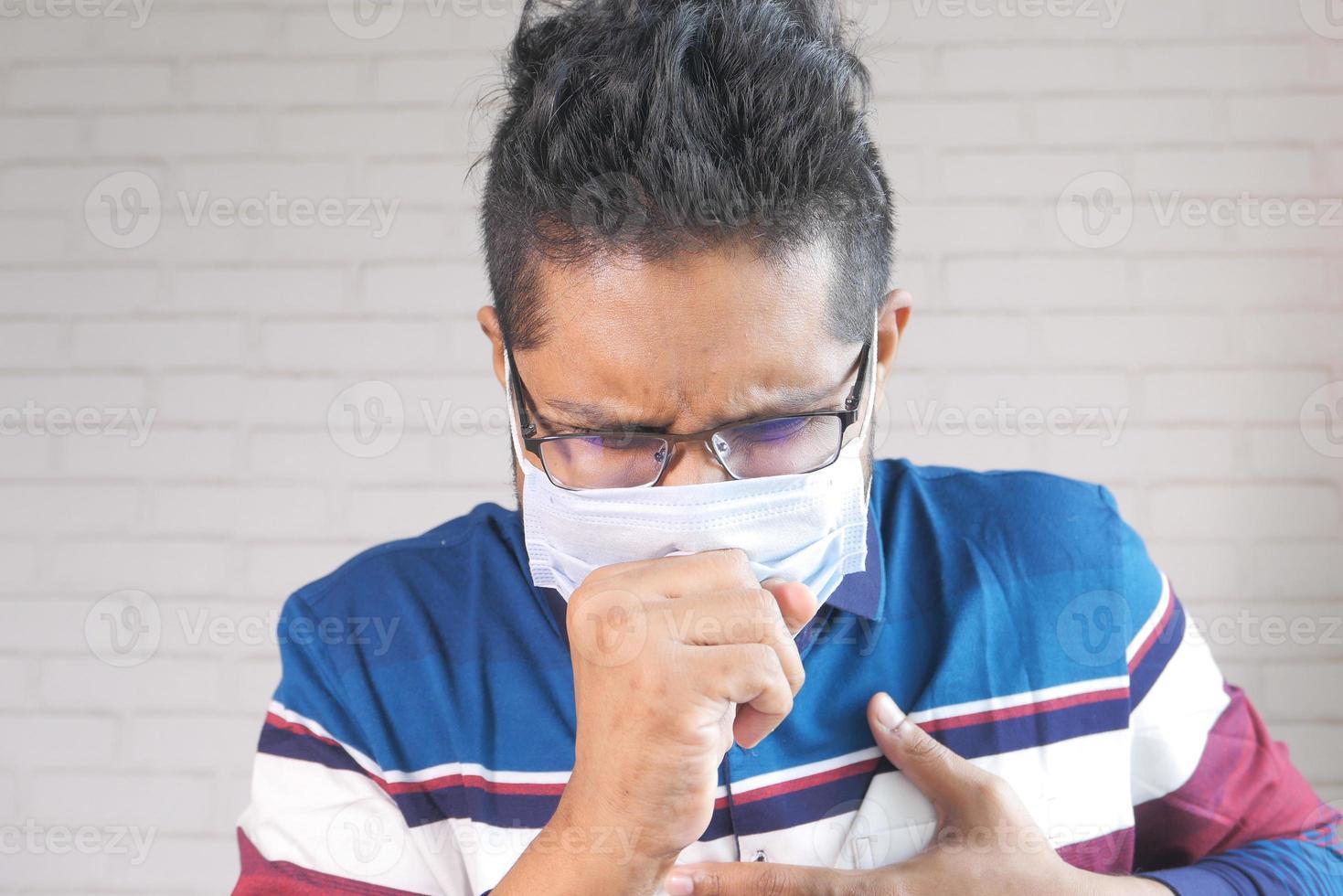 giovane uomo asiatico tosse e starnuti foto