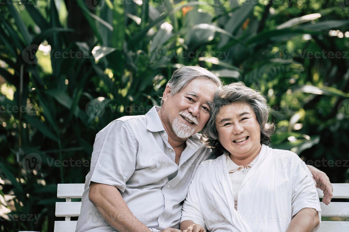 coppie anziane che parlano insieme foto