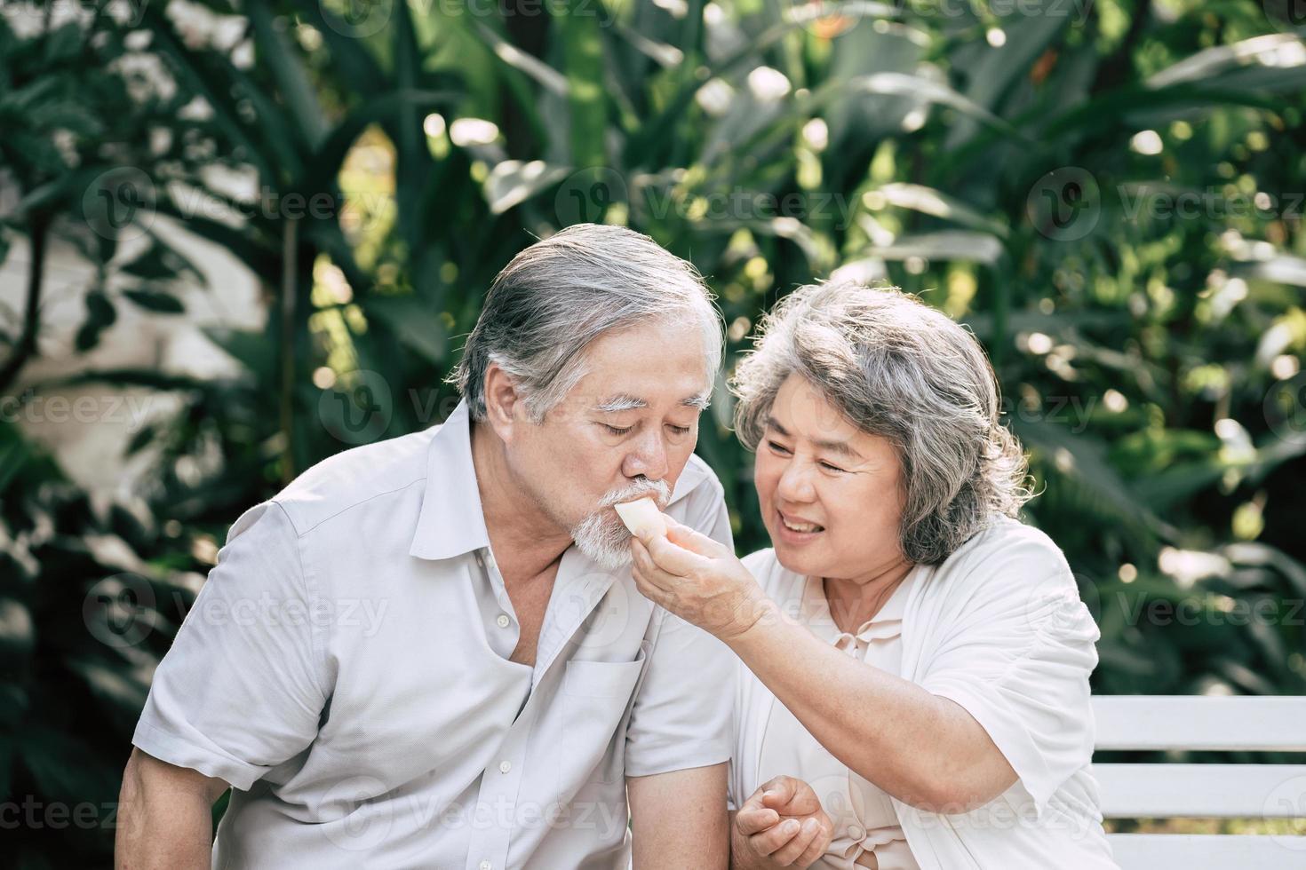 coppie anziane che cucinano cibo sano insieme foto