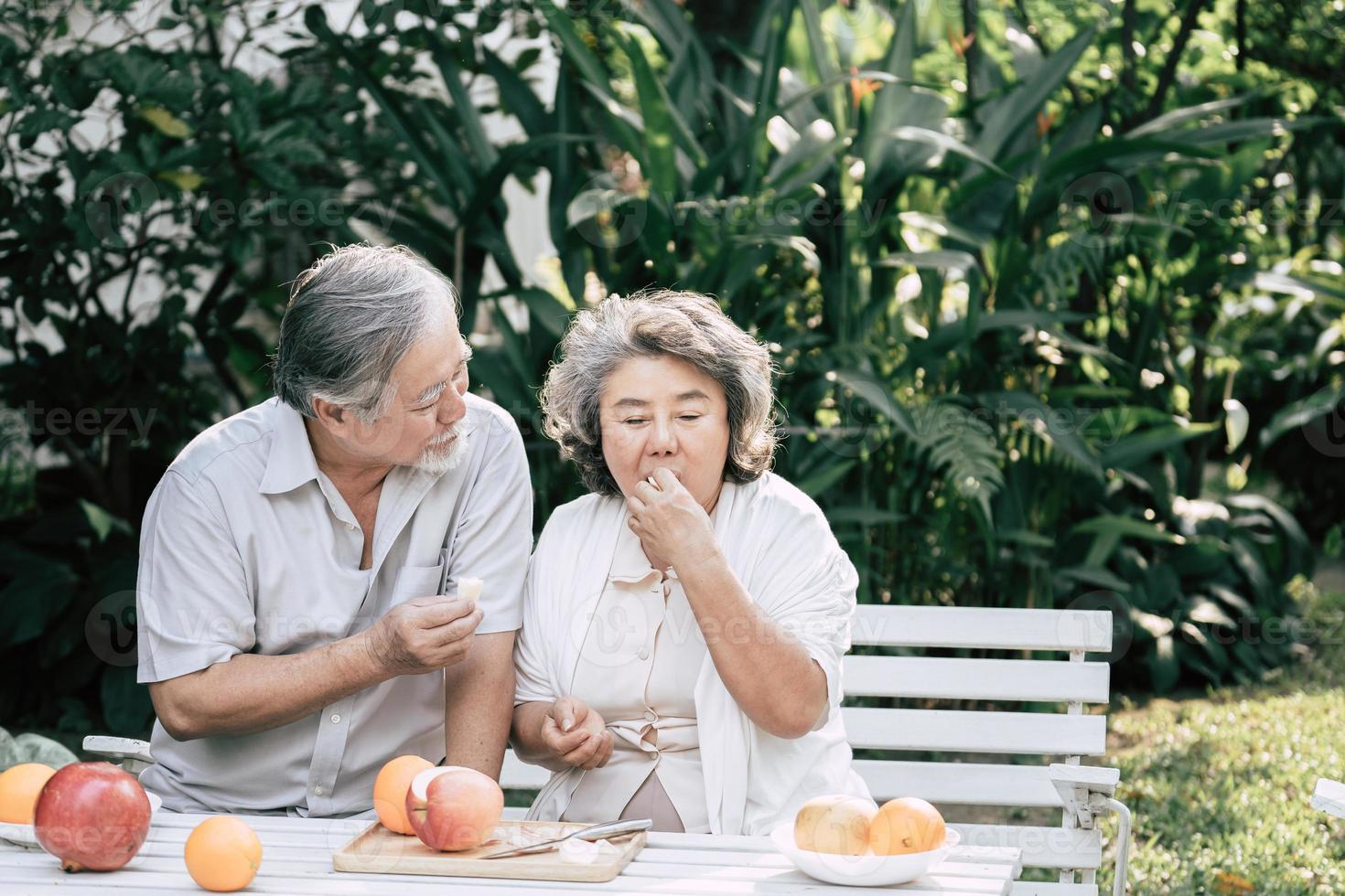 coppia di anziani che cucinano cibo sano insieme foto