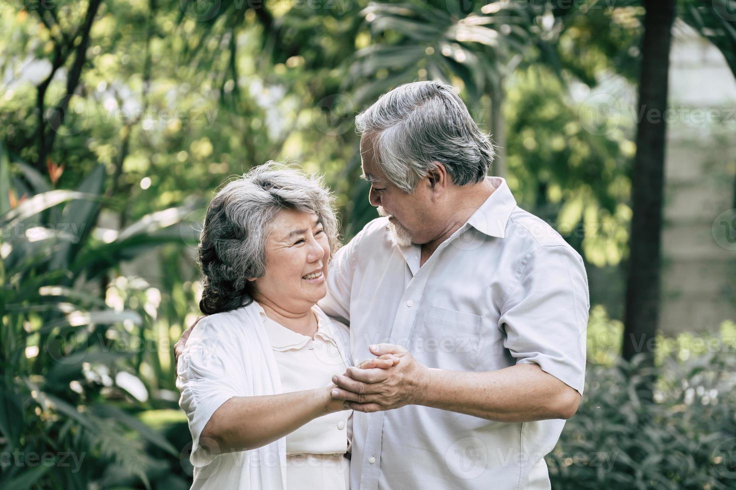 coppia di anziani che ballano insieme foto
