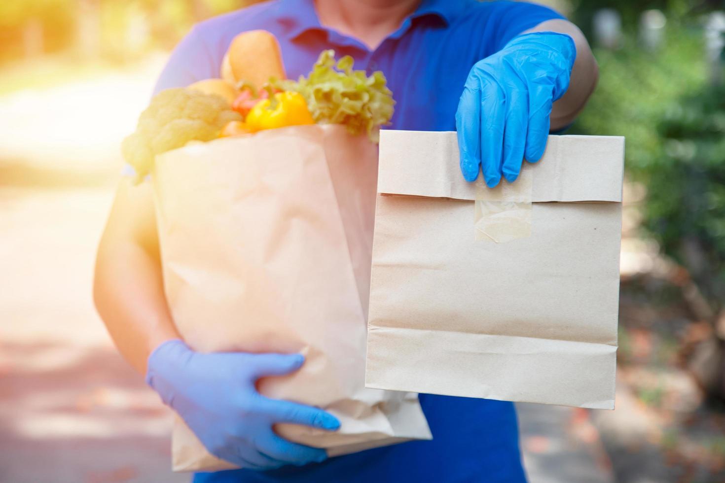 fornitori di servizi di ristorazione che indossano maschere e guanti. stare a casa riduce la diffusione del virus covid-19 foto