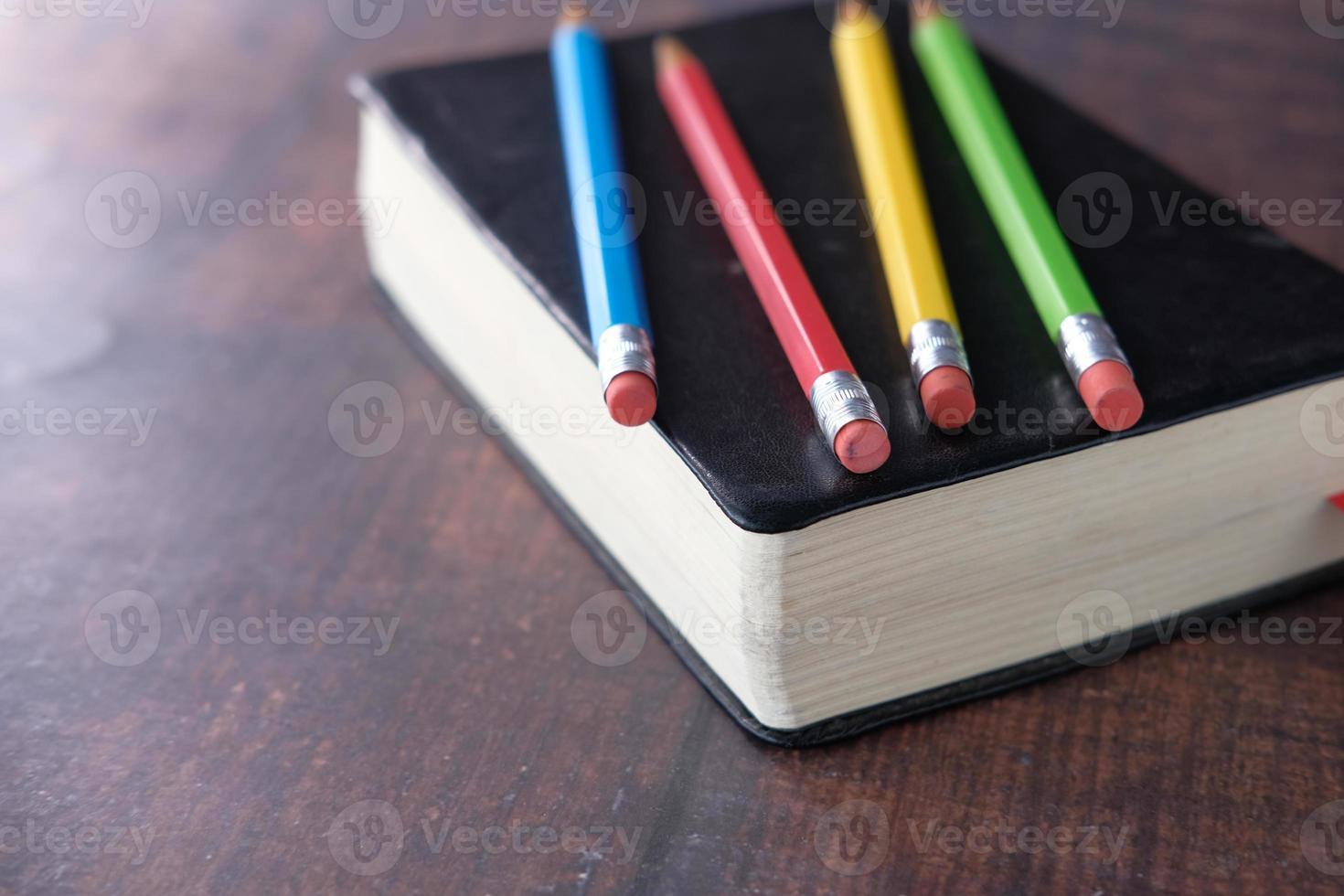 Close up di matite colorate su un libro foto