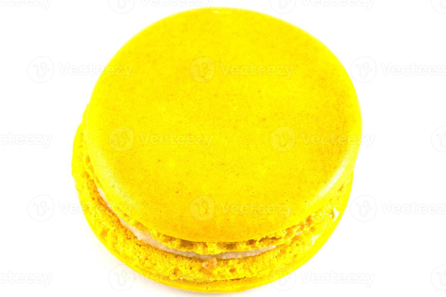 macaron giallo isolato su bianco foto
