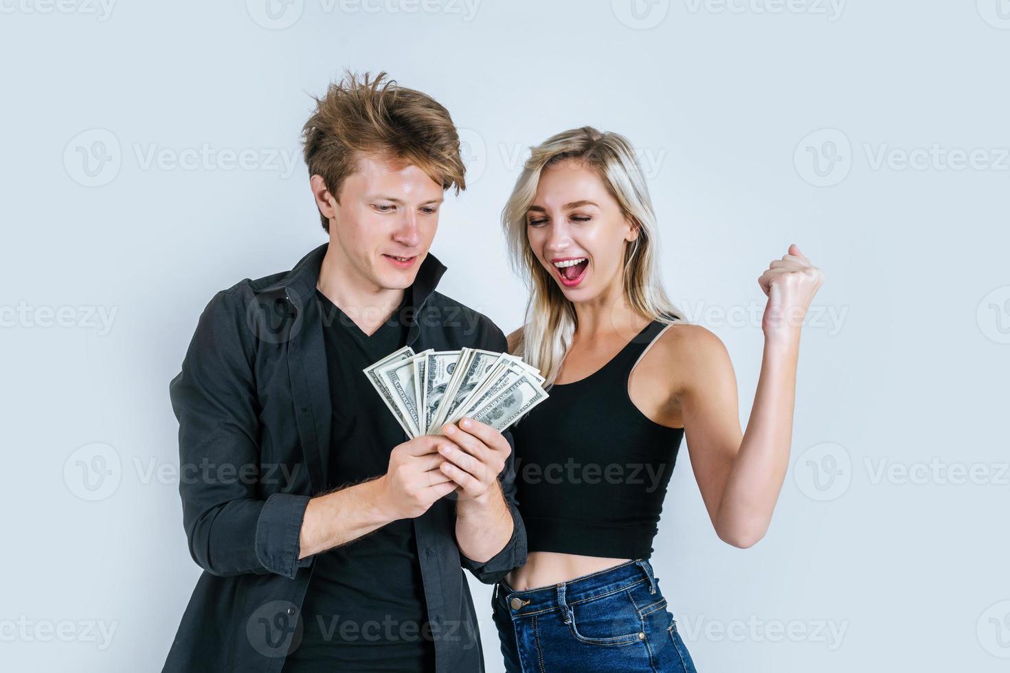 coppia felice che mostra le banconote in dollari foto