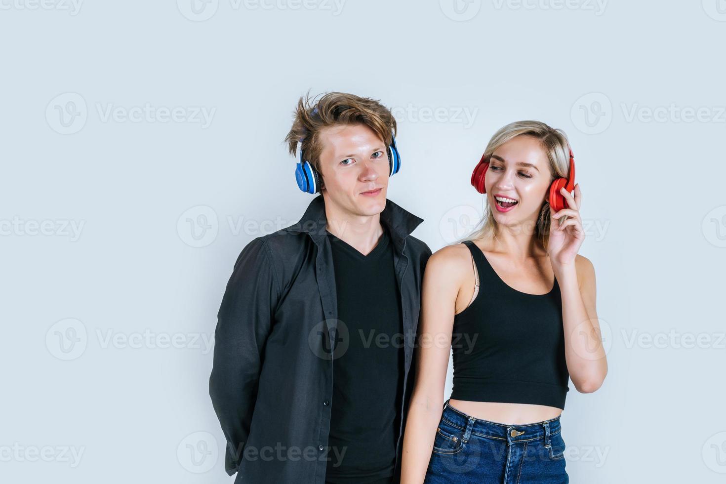 felice giovane coppia in cuffia ascoltando musica in studio foto