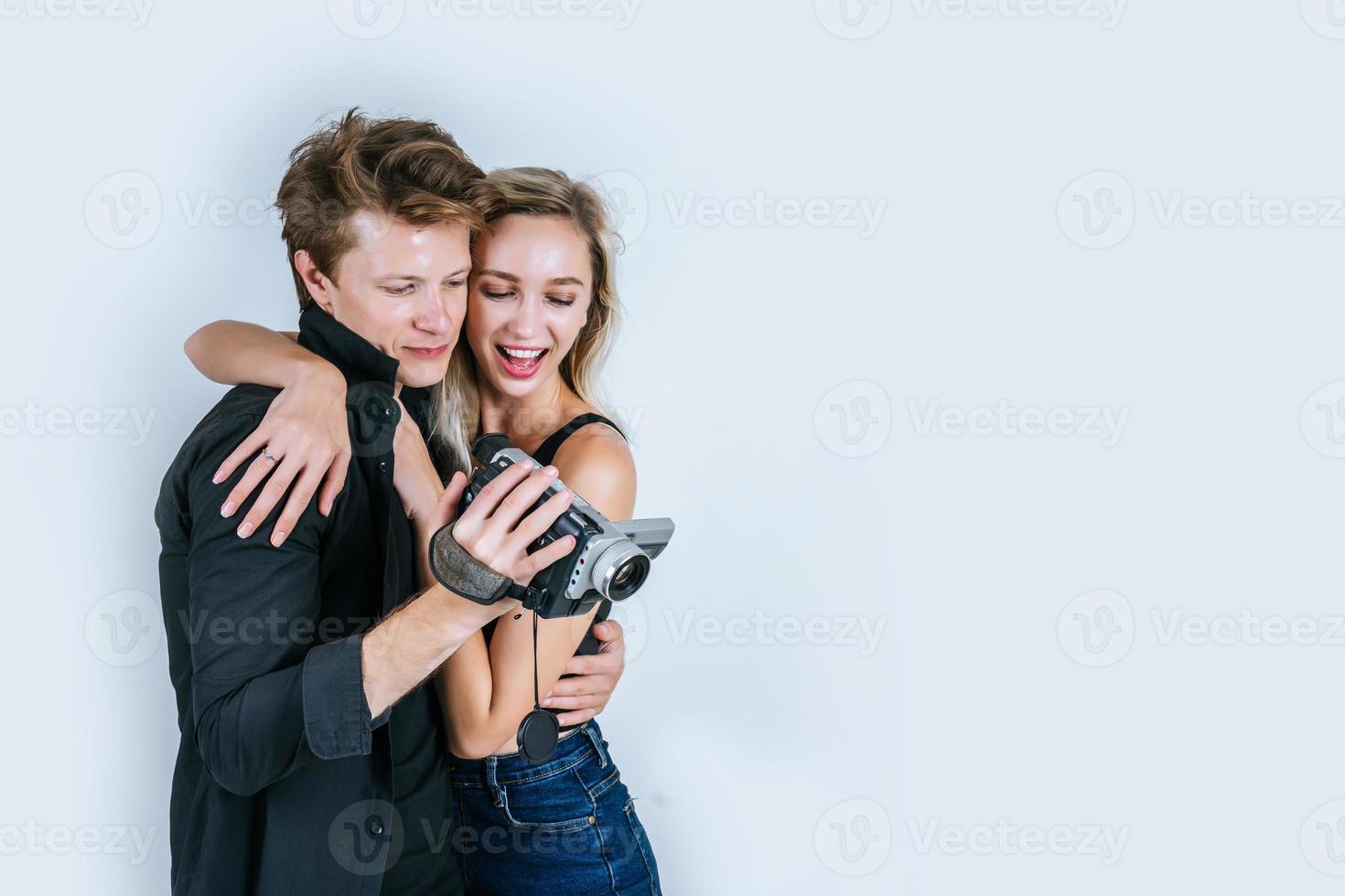 felice ritratto di coppia in possesso di videocamera e la registrazione di un video foto
