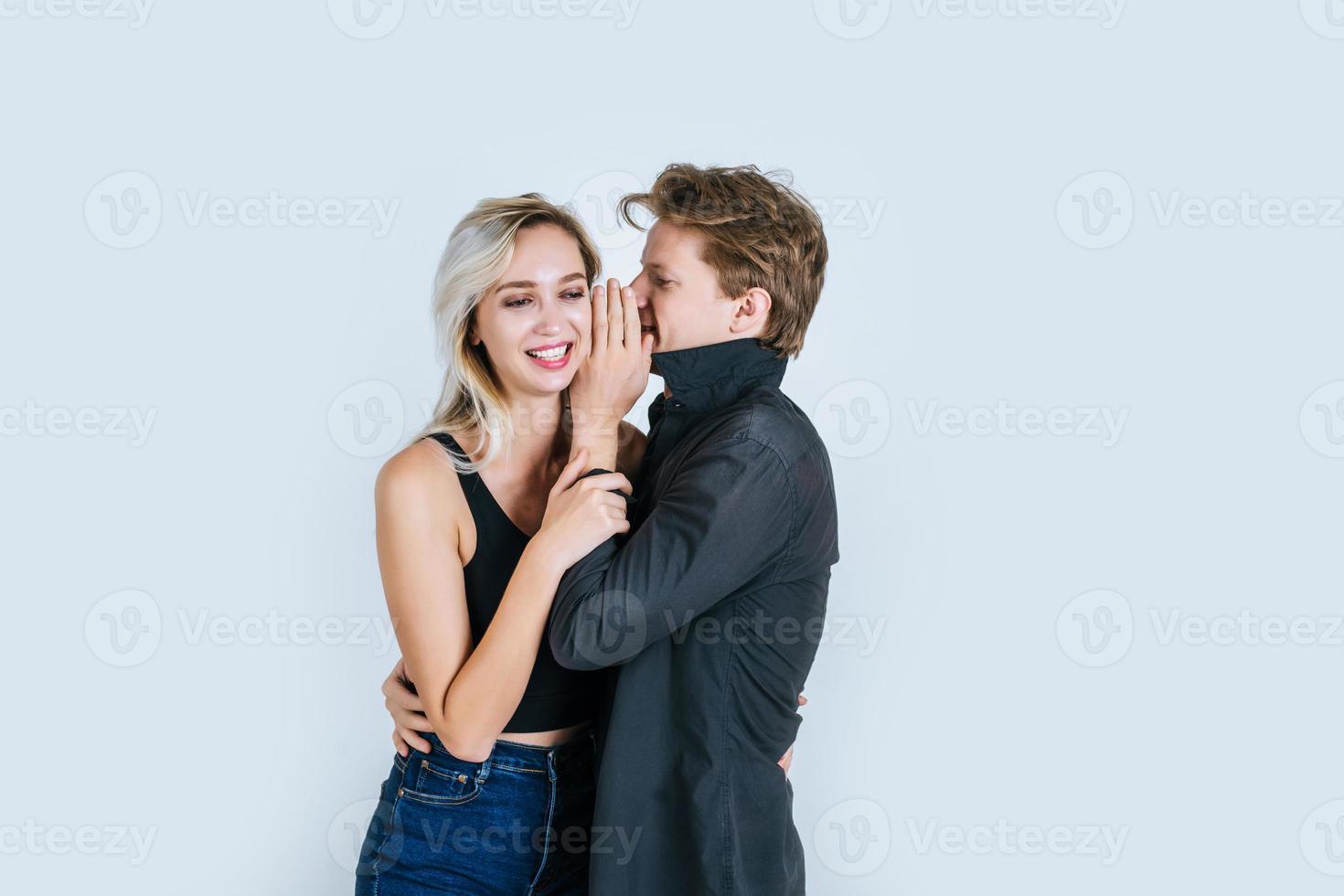 coppia felice che bisbiglia qualcosa foto