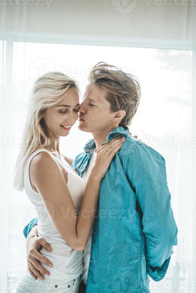 coppia felice che abbraccia in camera da letto foto