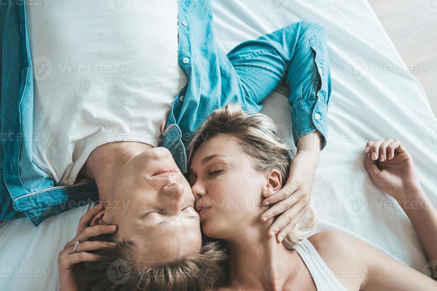 coppia felice insieme in camera da letto foto