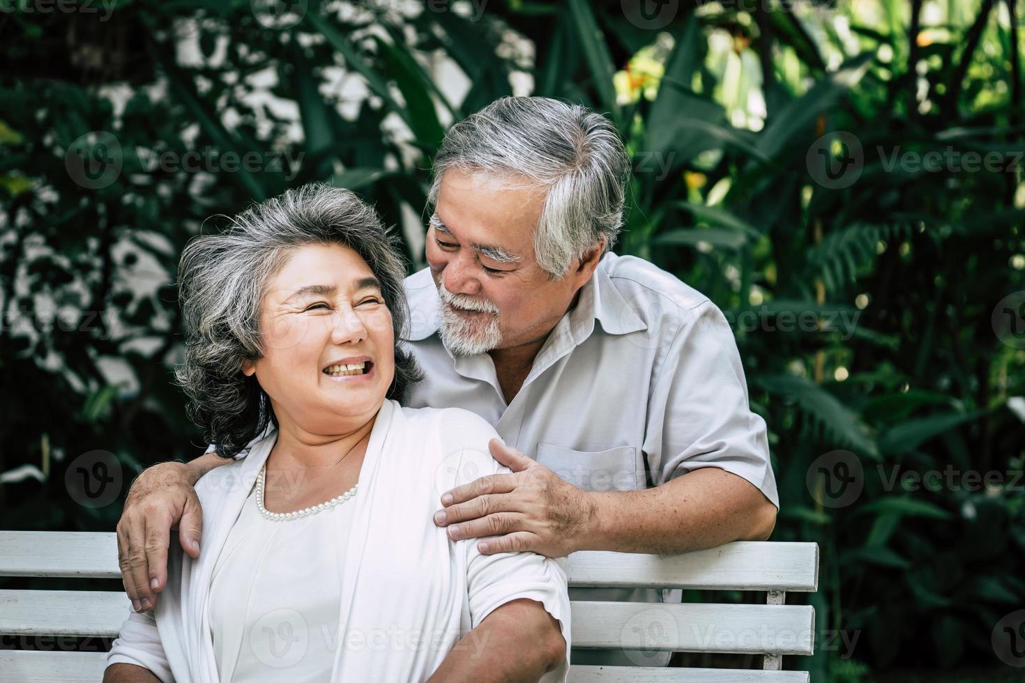 coppia senior che giocano insieme al parco foto