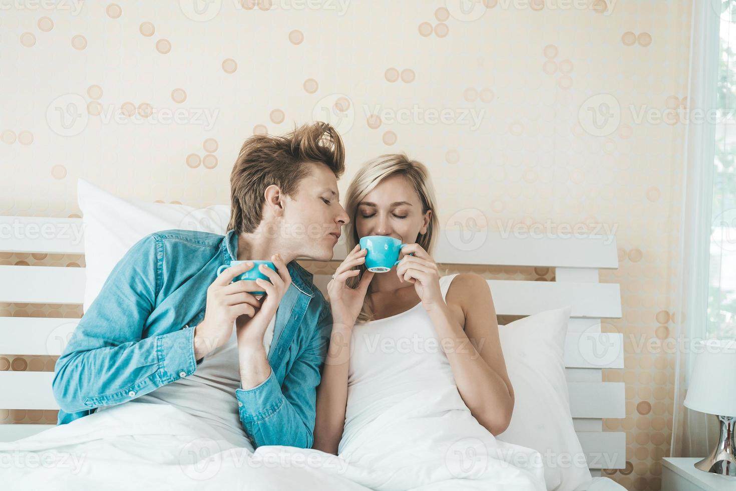 coppia felice di bere il caffè al mattino foto