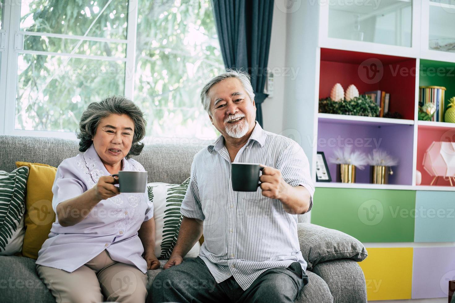 coppia senior insieme nel loro soggiorno foto