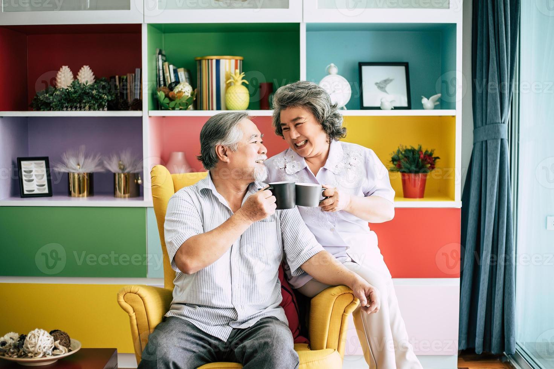 coppia di anziani parlare insieme e bere caffè o latte foto
