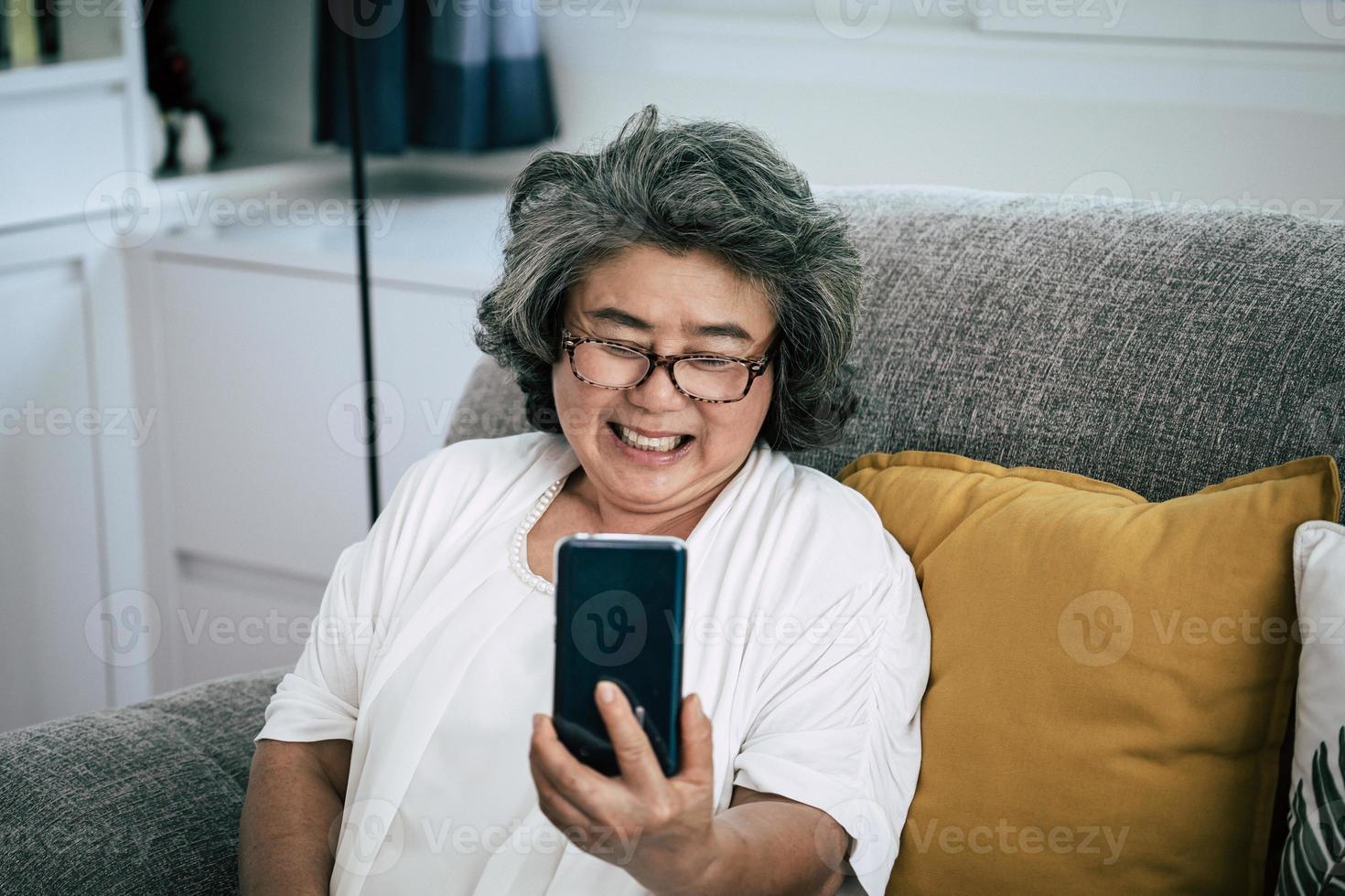 donna senior in videochiamata con la famiglia foto