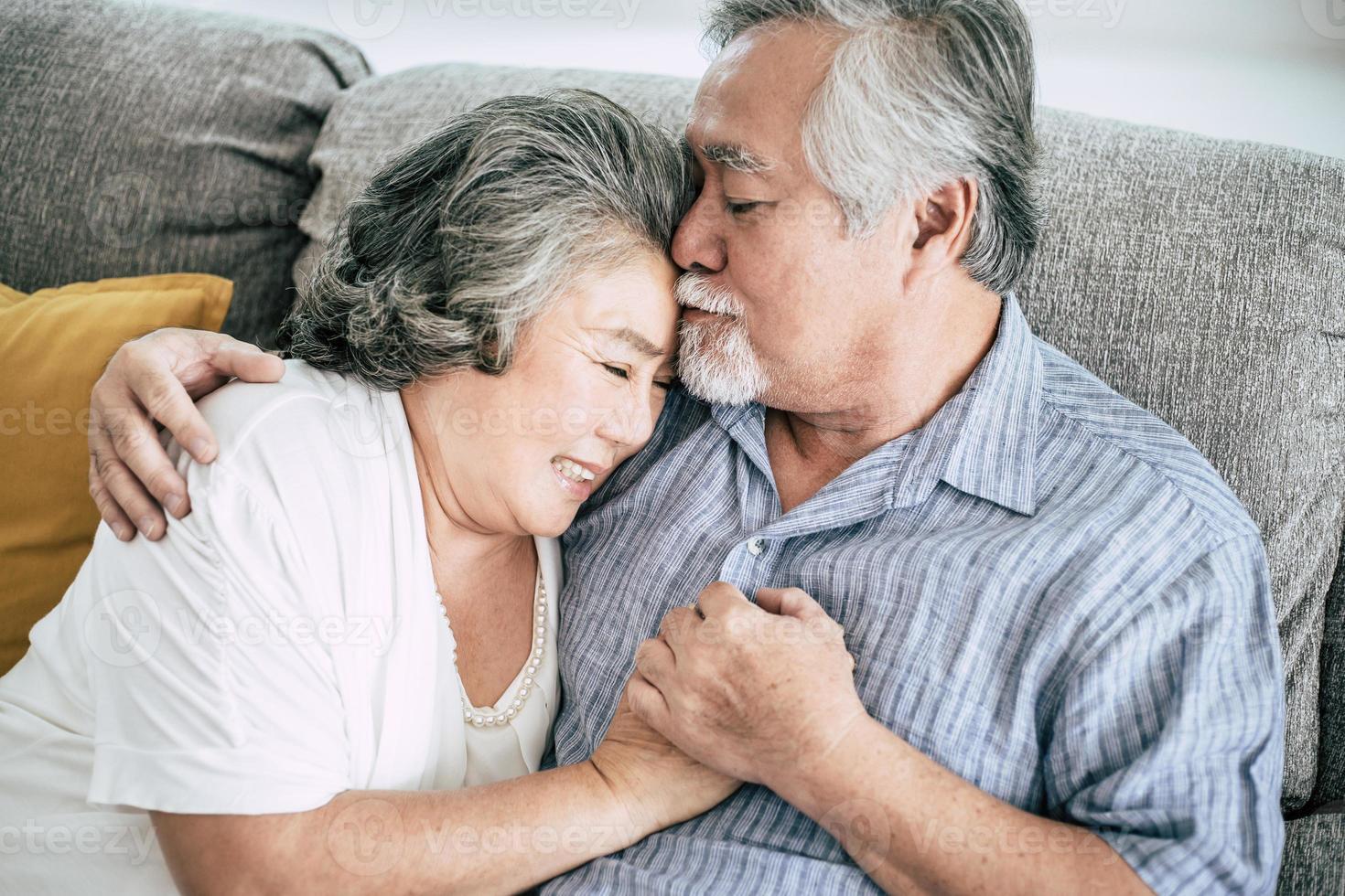 coppia senior che giocano insieme nel soggiorno foto