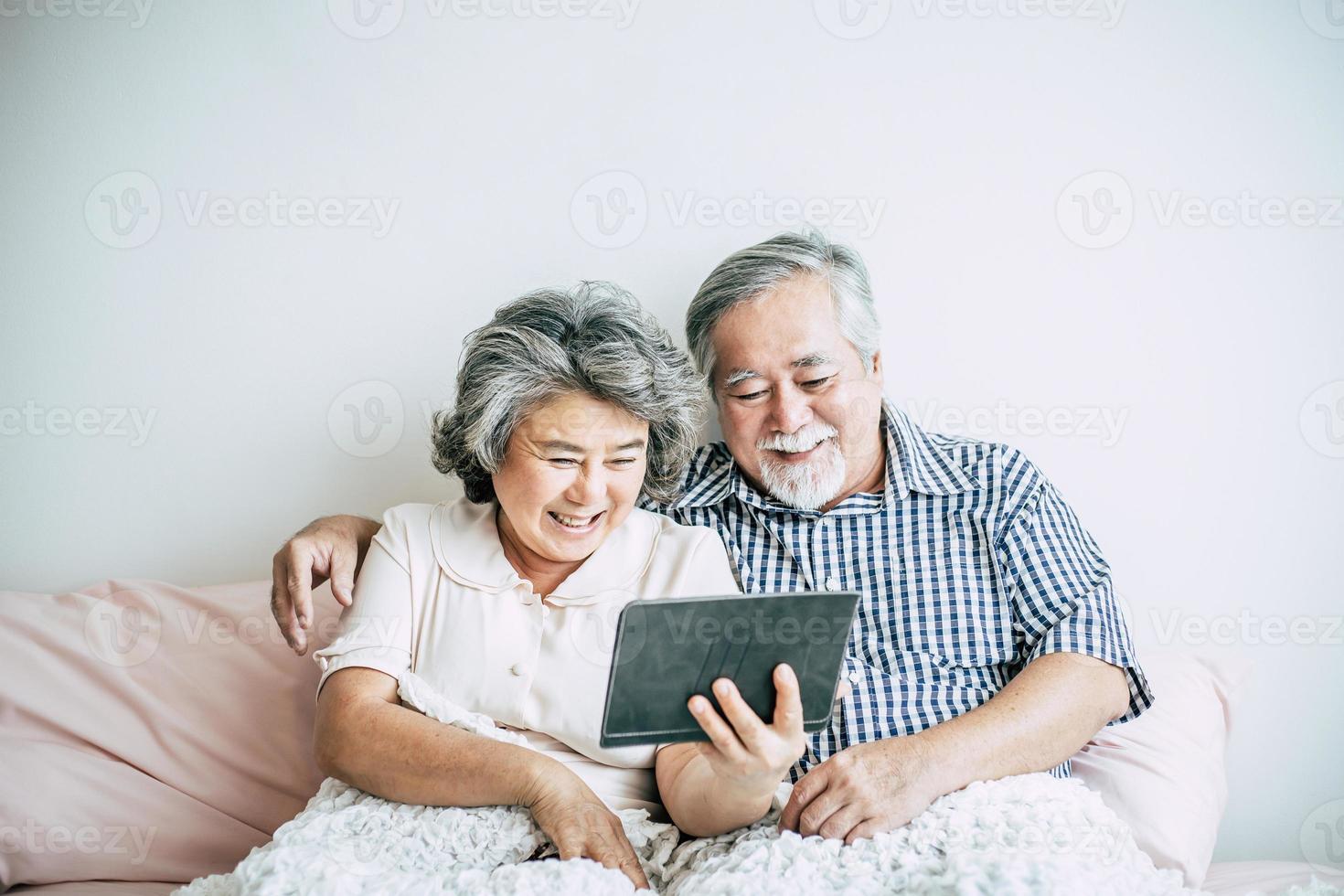coppia di anziani utilizzando un tablet PC foto