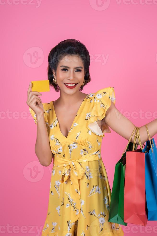 donna alla moda con borse della spesa e carta di credito foto