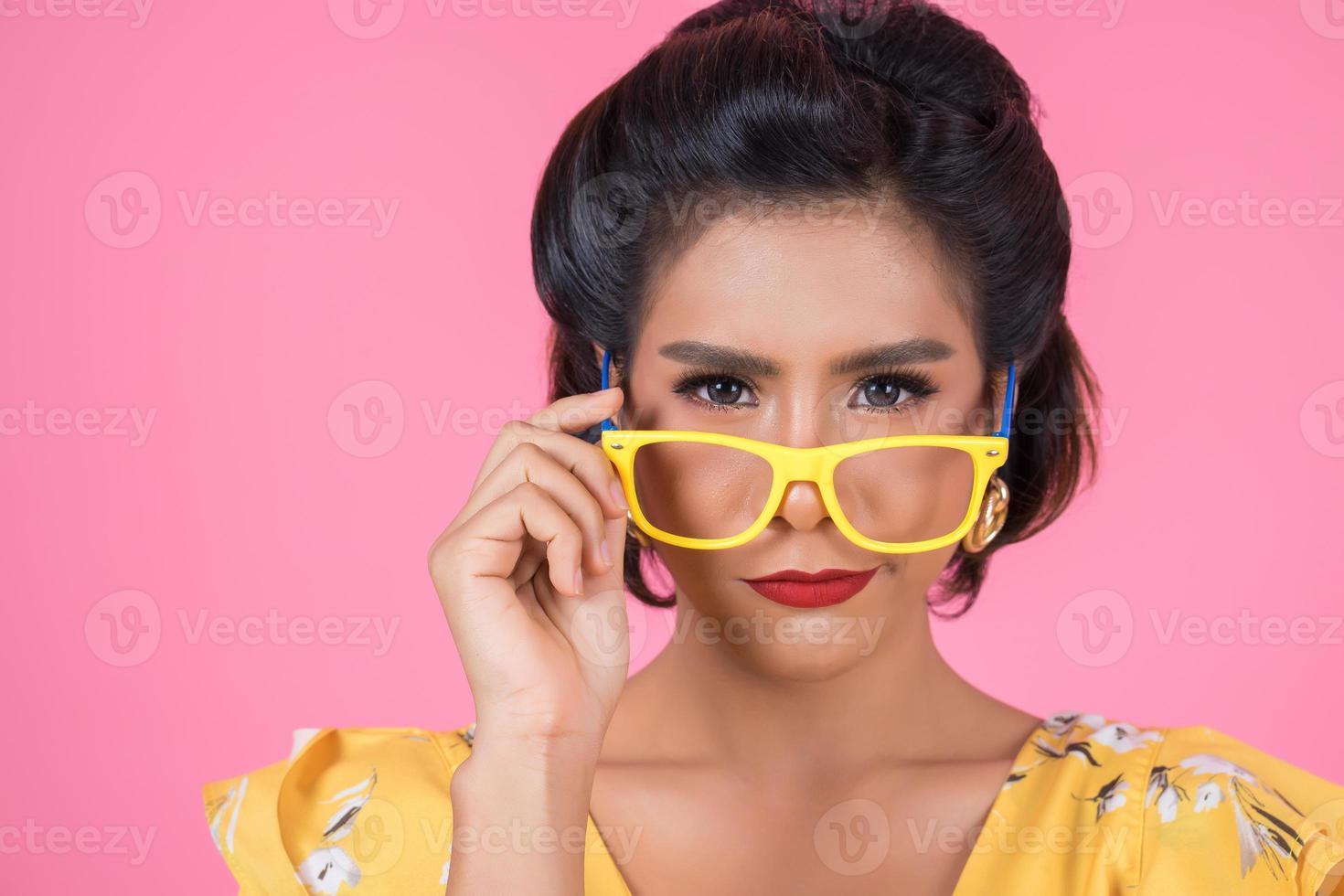 ritratto di donna alla moda con occhiali da sole foto