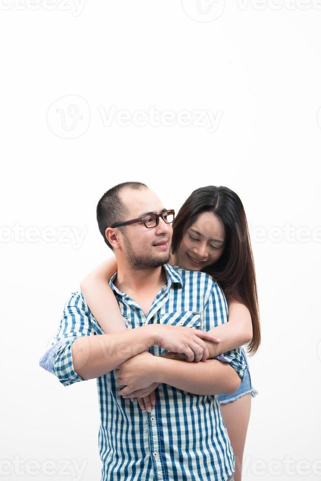 ritratto di giovane coppia felice isolato su sfondo bianco foto