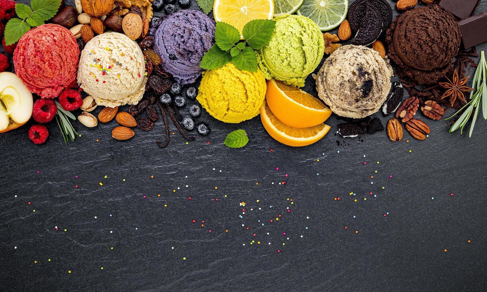 selezione di gelati su ardesia foto