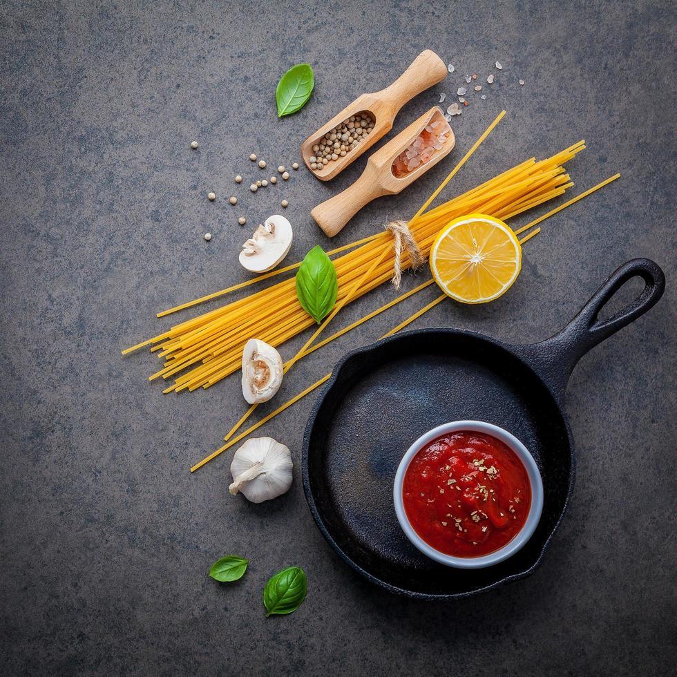 elementi di spaghetti freschi su uno sfondo scuro foto