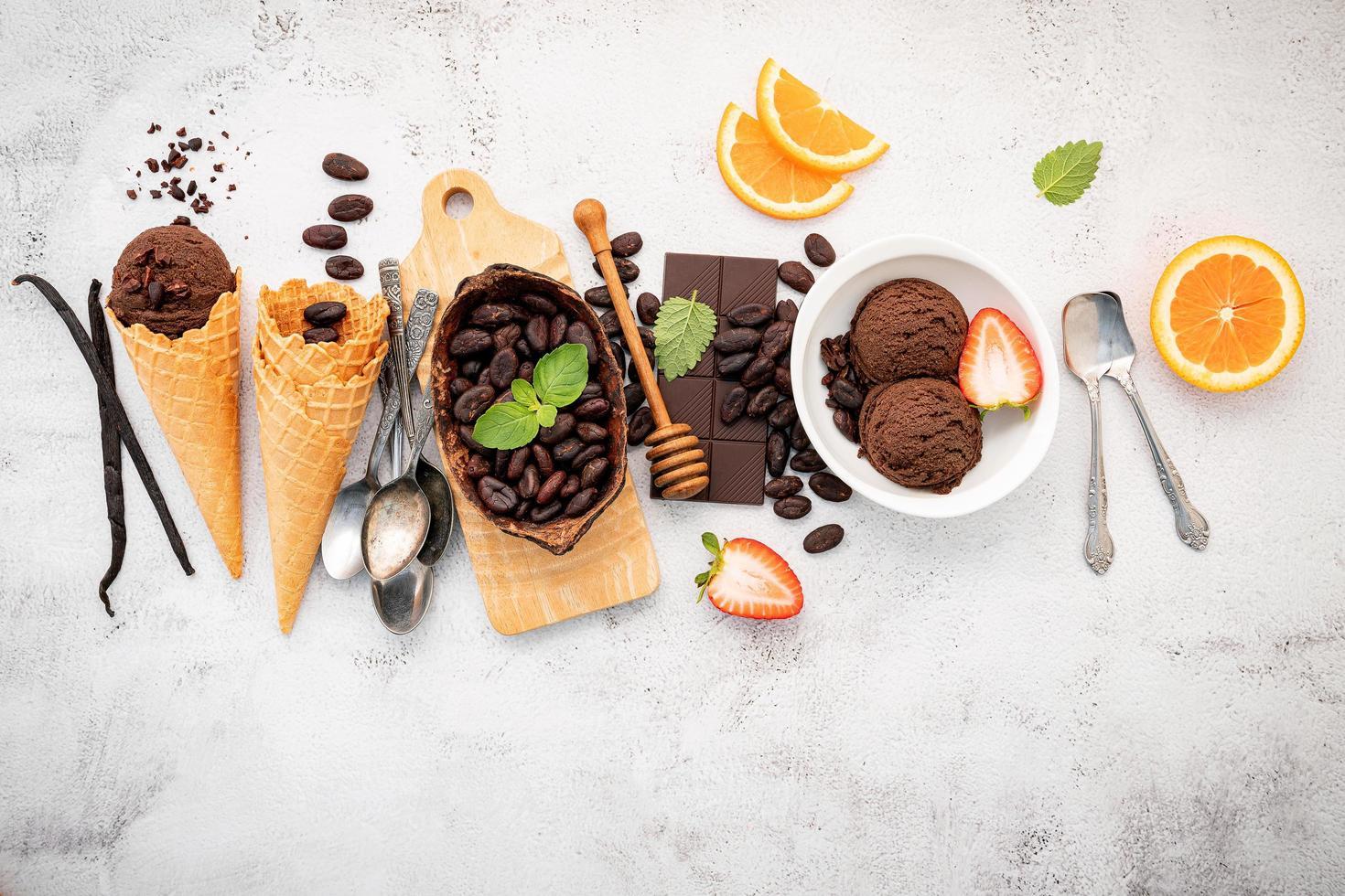 vista dall'alto di gelato al cioccolato foto