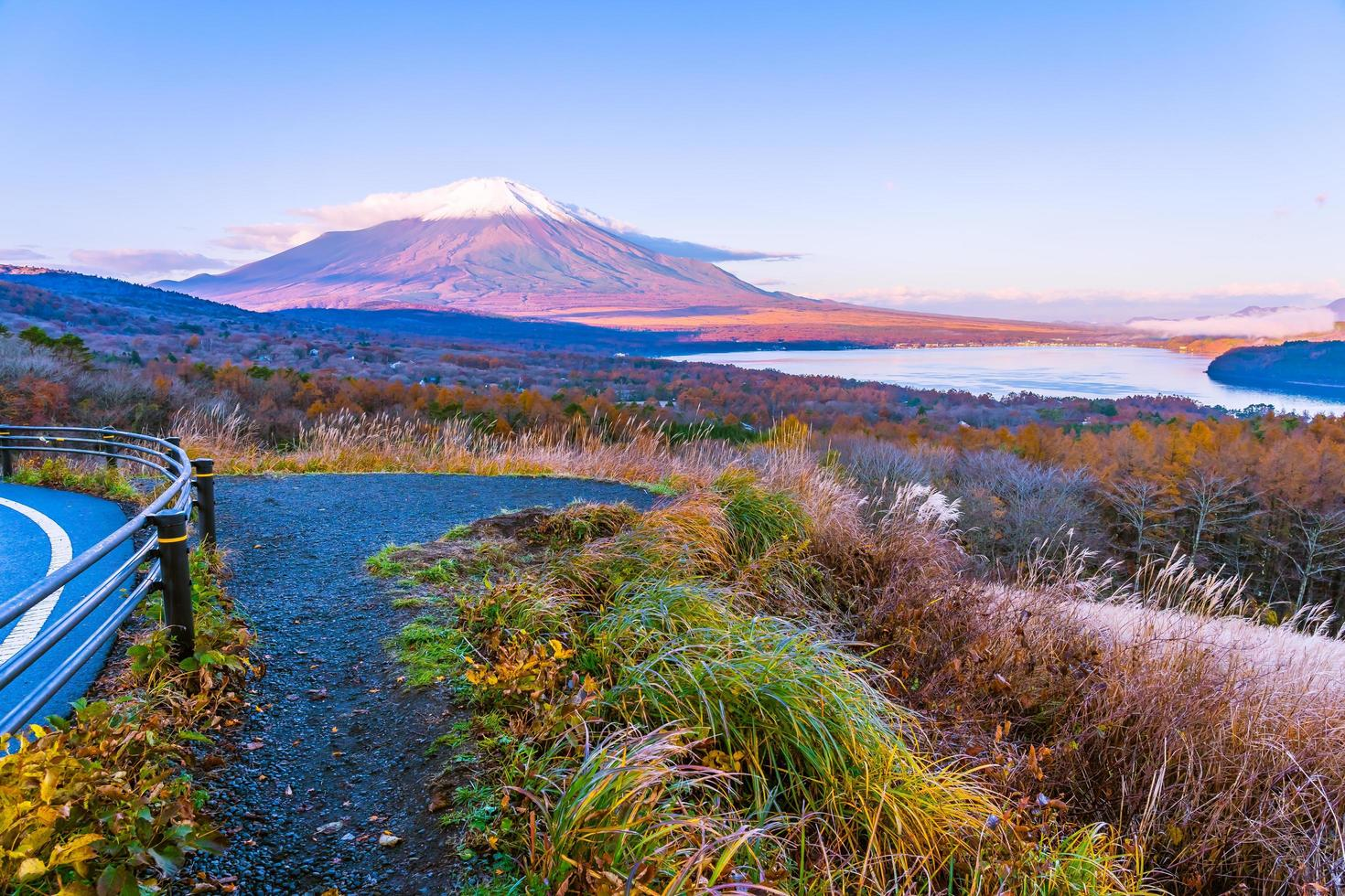 bella vista di mt. fuji al lago yamanakako, giappone foto