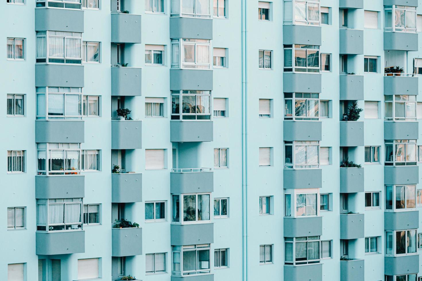 un primo piano di un edificio ripetitivo sui toni del blu foto