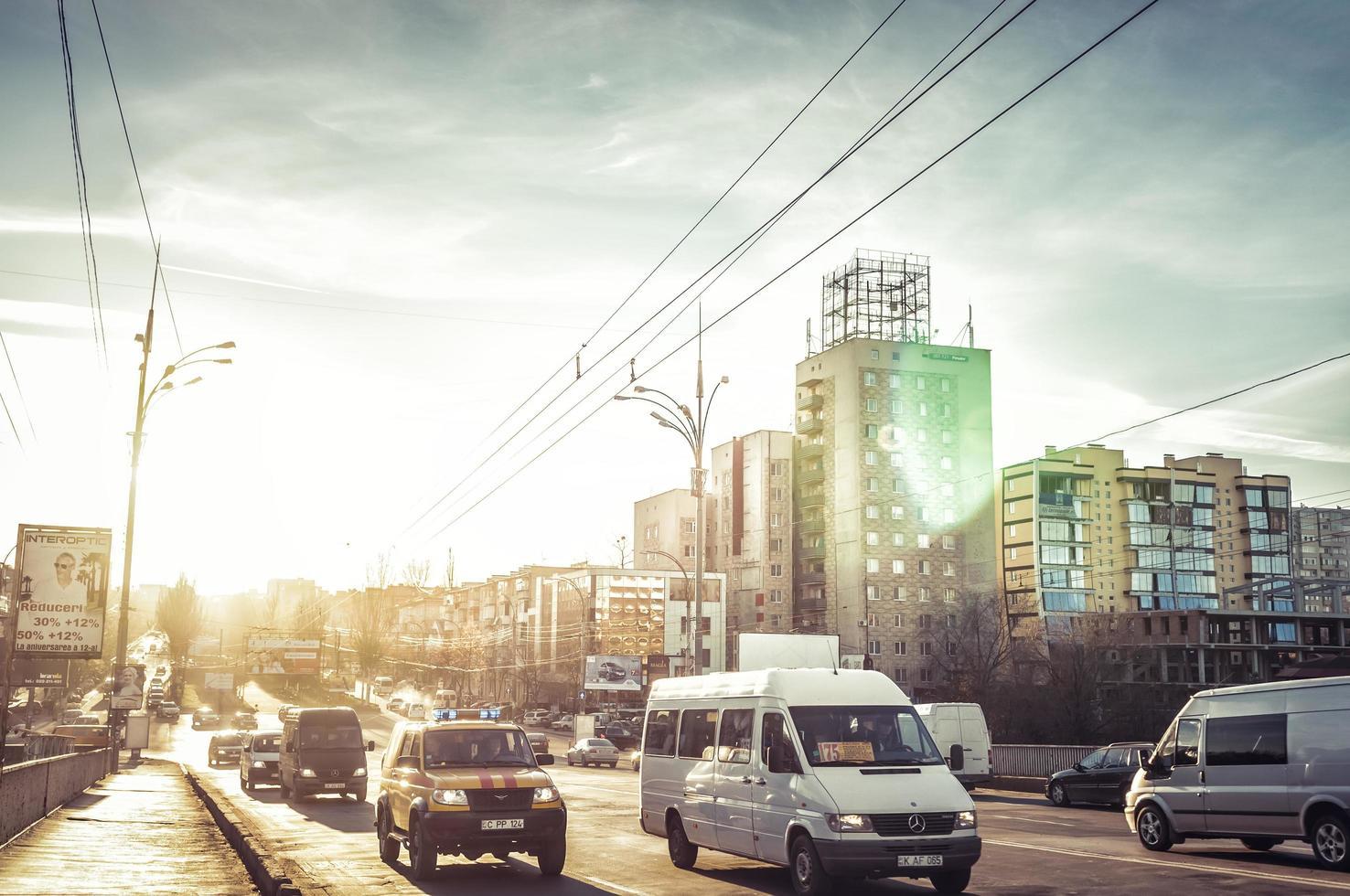 Chisinau, Moldavia 2013 - traffico alla sera sul viale grigore vieru foto