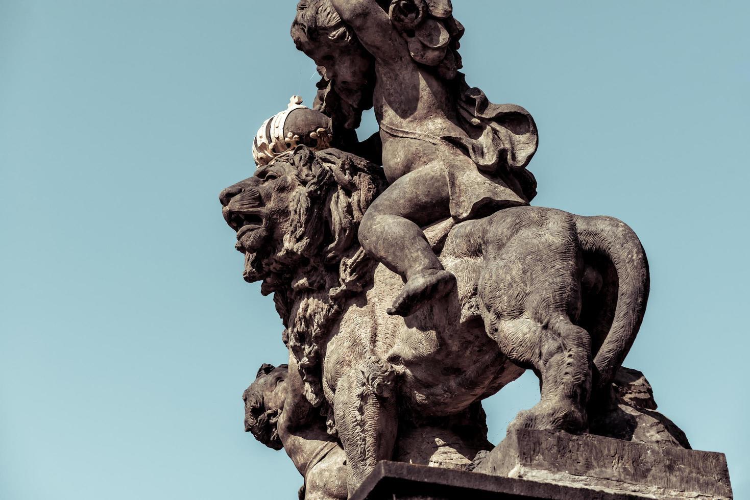 repubblica ceca 2016 - statua del leone che indossa una corona d'oro al castello di praga foto