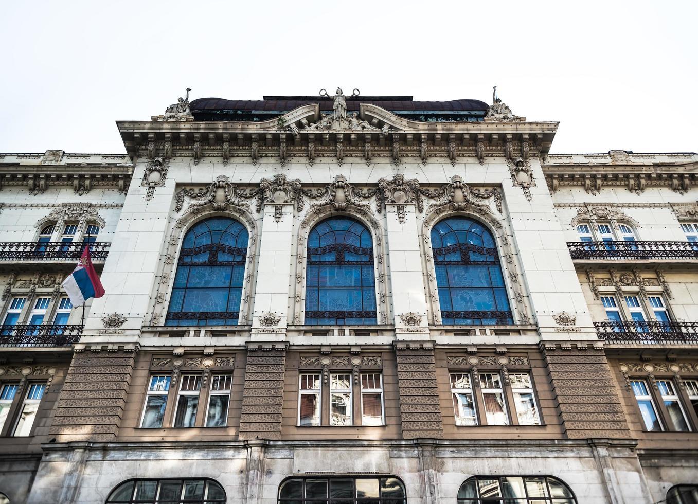 belgrado, serbia 2015 - frammento della facciata dell'accademia serba delle scienze e delle arti, un'accademia nazionale e la più importante istituzione accademica foto