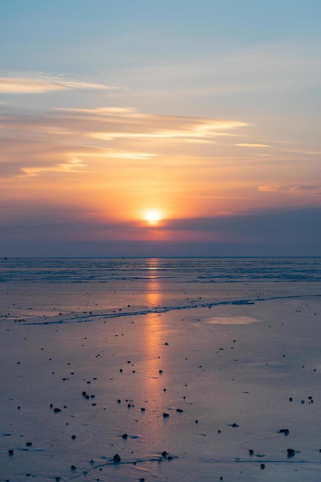 colorato tramonto nuvoloso su una spiaggia a vladivostok, russia foto