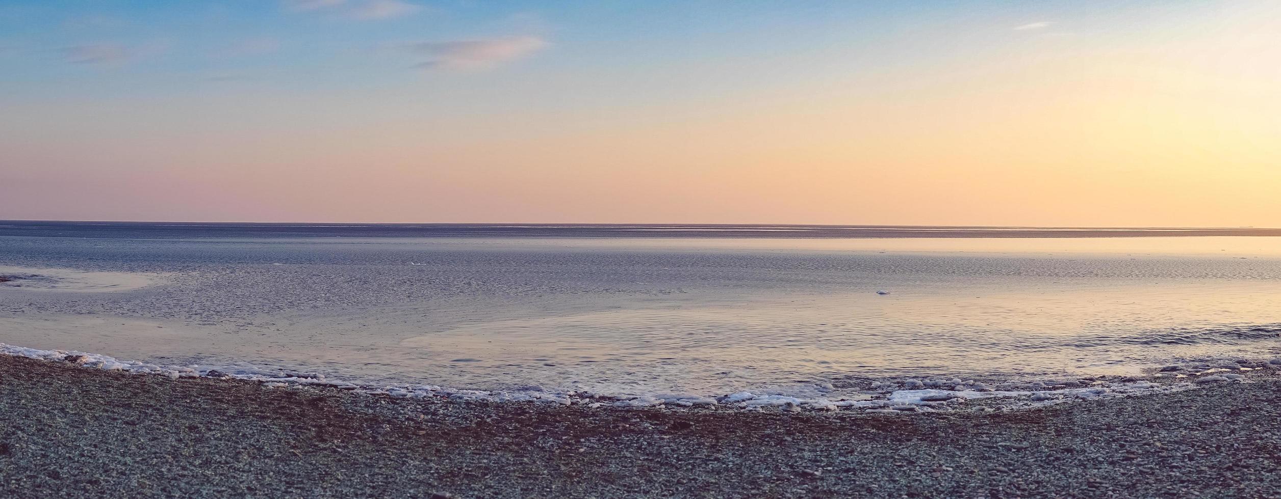 panorama sul mare della spiaggia e colorato cielo nuvoloso foto