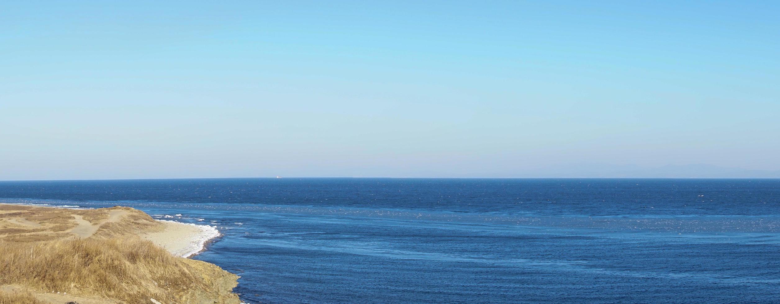 panorama di un corpo d'acqua con costa a vladivostok, russia foto